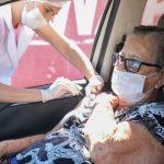Anápolis vacina 10 mil idosos contra gripe no primeiro dia de campanha com drive thru