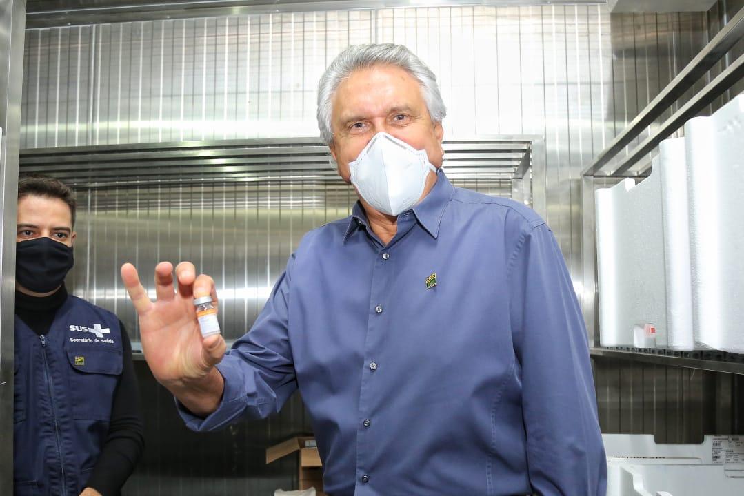 """""""Tenham responsabilidade de tomar a segunda dose"""", afirma Caiado ao receber mais 266,8 mil vacinas contra Covid-19"""